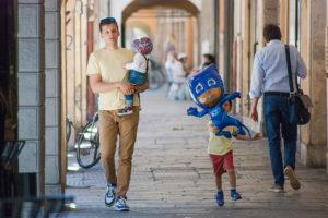 Un home passeja amb els seus fills per un carrer de Pàdua, a Itàlia. Foto: g_u