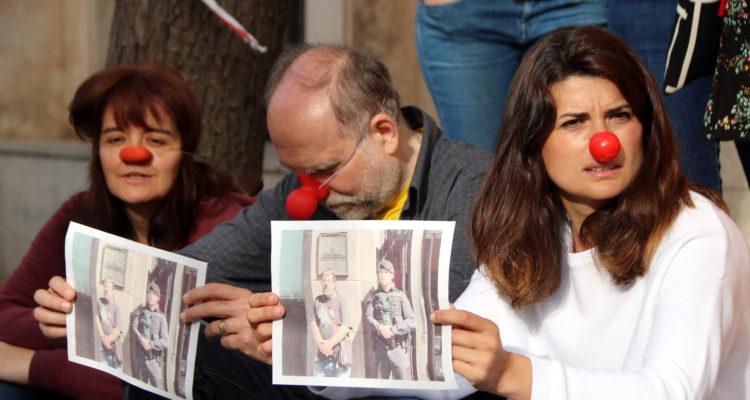 Olga Ricomà, investigada per penjar un cartell contra la policia espanyola al balcó de casa, en una concentració a Tarragona en suport al pallasso Jordi Pesarrodona, que va declarar als jutjats de Manresa el dia de Sant Jordi de 2018 per presumptes delictes d'odi i de resistència greu. Foto: Roger Segura / ACN.