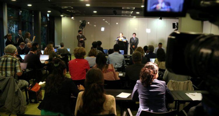 Diversos periodistes segueixen una roda de premsa de Puigdemont i Torra a Berlín, el maig de 2018. Foto: ACN / Tània Tàpia.