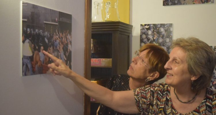 Magda Ballester i Elvira Siurana, davant una fotografia de les càrregues policials a Lleida durant l'1-O. Foto: Àlvar Llobet / Nació Digital (cedida).