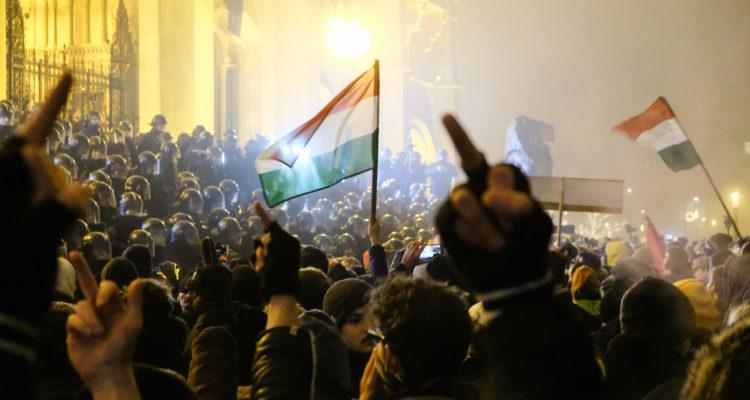 Protesta contra l'anomenada 'llei d'esclaus' a Budapest, el 13 de desembre de 2018. Foto: Fotó: Atlatszo.hu / Tremmel Márk.