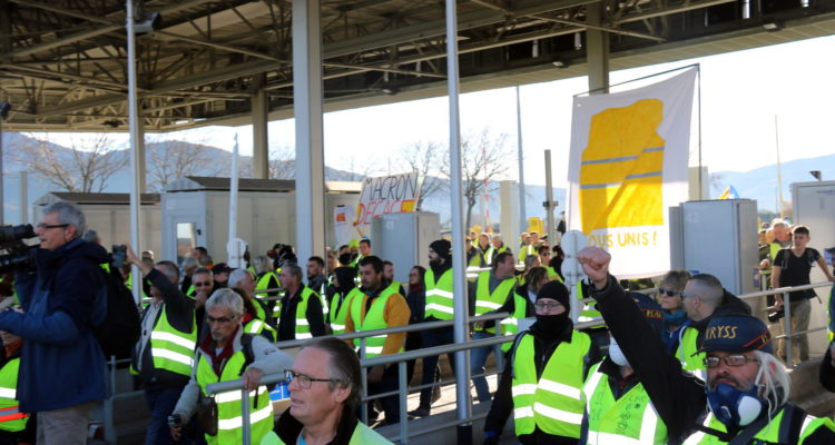 Membres dels 'armilles grogues' en un dels peatges d'El Voló, el desembre de 2018. Foto: Gerard Vilà / ACN.