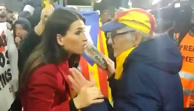 Manifestants independentistes discuteixen i increpen la reportera de TVE Judit Huerta. Imatge: Judit Huerta (Twitter).