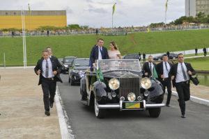 El president electe del Brasil, Jair Bolsonaro, es dirigeix a la seva presa de possessió en un Rolls Royce amb la seva esposa Michelle i el seu fill Carlos. Foto: Marcos Brandão / Agência Senado.