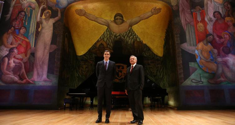 El president del govern espanyol, Pedro Sánchez, de visita a Mèxic amb el president del país, Andrés Manuel López Obrador, davant d'una obra del muralista Diego Rivera. Foto: La Moncloa.