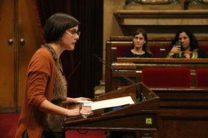 La diputada d'ERC Jenn Díaz va fer públic el seu testimoni com a supervivent de violència masclista des del faristol del Parlament. Foto: Núria Julià / ACN.