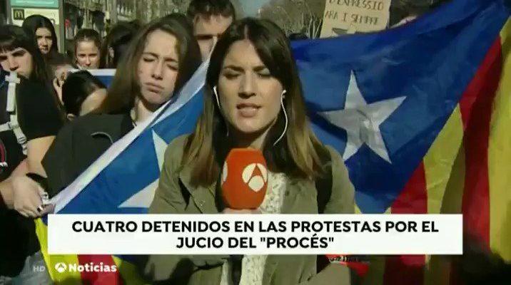 Els manifestants van impedir a una reportera d'Antena 3 fer la seva crònica en directe. Imatge: Antena3.