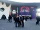 Tres homes es fan un 'selfie' a l'entrada del Mobile World Congress, avui a Barcelona. Foto: Laura Pous / ACN.