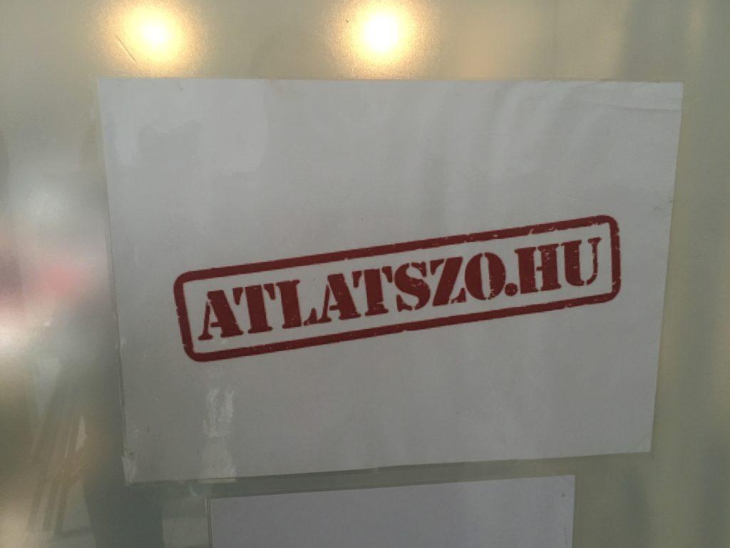 Logotip d'Átlátszó.hu a la seu del mitjà, a Budapest. Foto: Albert Forns.