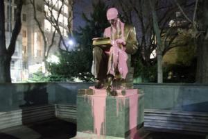 El moviment feminista 'Non Una Di Meno' va tirar pintura rosa a l'estàtua del periodista Indro Montanelli a Milà, el 8 de març de 2019.