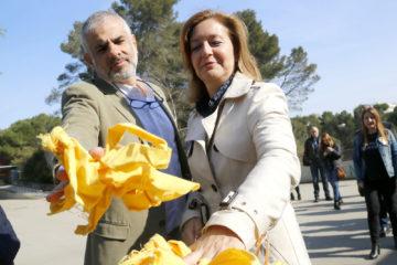 Carina Mejías i Carlos Carrizosa, de Ciutadans, llencen llaços grocs a la brossa, al campus de la UAB. La Junta Electoral ha ordenat a la universitat retirar els llaços i també les pancartes independentistes. Foto: Jordi Pujolar / ACN.
