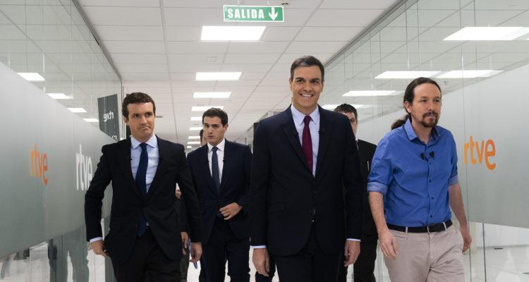 Pablo Casado, Pedro Sánchez, Albert Rivera i Pablo Iglesias caminant cap al plató del debat a quatre a RTVE, ahir. Foto: David Mudarra / ACN.