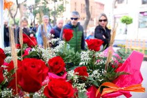 Uns vianants passegen entre les parades de Sant Jordi a la Rambla Nova de Tarragona, dimarts. Foto: Eloi Tost / ACN.
