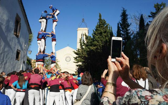 Una dona fa una foto als Castellers d'Esplugues en la diada de Sant Jordi a la població. Foto: Ajuntament d'Esplugues de Llobregat.