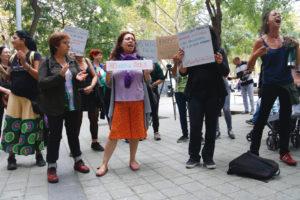 Un grup de dones dona suport davant del consolat de l'Uruguai a Barcelona a Maria, una dona originària d'aquest país que es va refugiar a l'edifici per no haver d'entregar la seva filla al pare, Pablo S. G., denunciat per abús sexual a la nena. Foto: Blanca Blay / ACN.