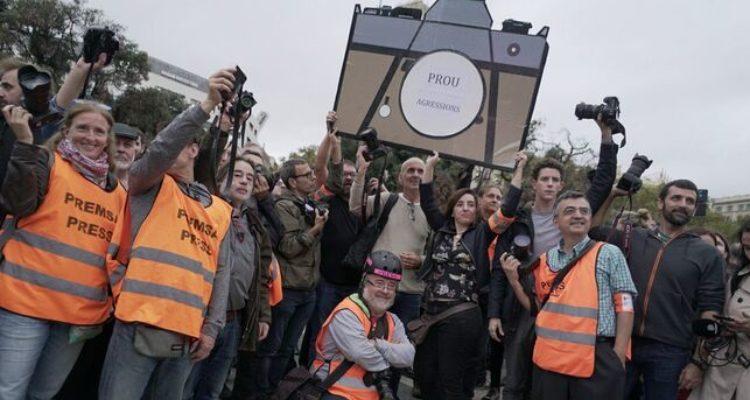 Periodistes i fotògrafs es concentres a la plaça de Catalunya en contra de les agressions a premsa. Foto: Sònia Calvó