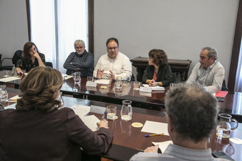El president de l'SPC, Quico Ràfols (el segon per l'esquerra) en una trobada d'organitzacions de periodistes amb l'alcaldessa de Barcelona, Ada Colau, en motiu de les agressions a informadors durant les protestes contra la sentència del procés, la tardor de 2019. Foto: Ajuntament de Barcelona.