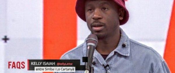 Un dels 'chyrons' amb què el programa FAQS de TV3 va rotular el cantant Kelly Isaiah va generar polèmica per tenir deixos racistes i centralistes. Imatge: CCMA.