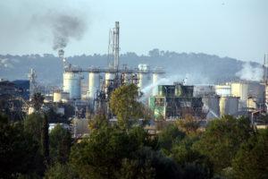 Els bombers remullen les instal·lacions de la petroquímica Iqoxe, a La Canonja (Tarragonès), l'endemà de l'explosió que el 14 de gener de 2020 va causar tres morts. Foto: Roger Segura / ACN.