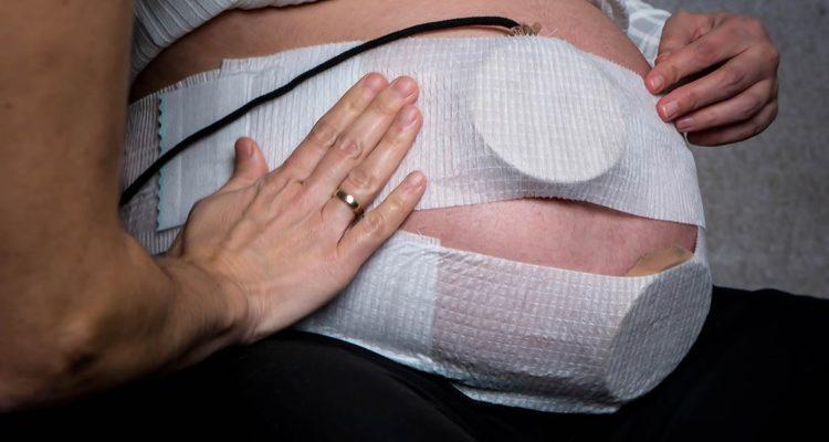 Una embarassada amb un cinturó fetal el març del 2020, durant el primer estat d'alarma per la pandèmia de coronavirus. Foto: Eurecat / ACN.