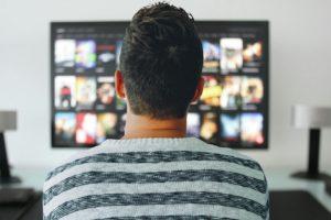 Un home mirant la televisió. Foto: Mohamed Hassan / Pixabay