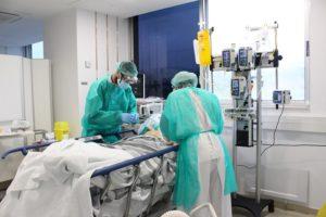 Dos metges tenen d'un pacient amb coronavirus a l'hospital Trueta. Foto: ACN