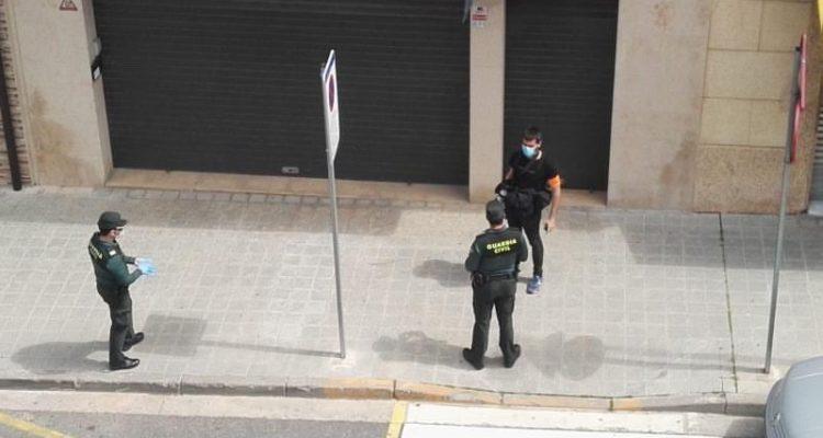 La Guàrdia Civil identifica el fotoperiodista Jordi Borràs mentre treballa. Foto: Twitter @jordiborras