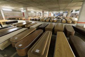 Prop de 300 taüts esperen a ser enterrats a l'aparcament del Tanatori de Collserola, habilitat i climatitzat per fer-lo servir provisionalment de dipòsit de cadàvers. Foto: Jordi Borràs