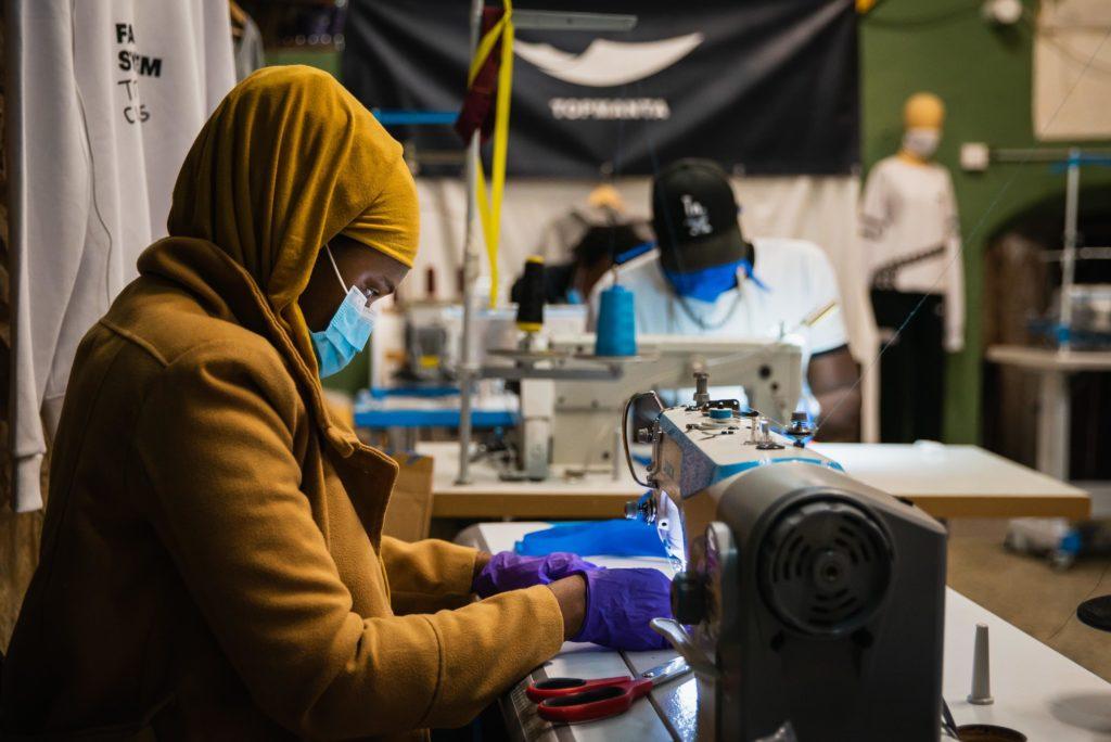 El Sindicat Popular de Venedors Ambulants cus bates i mascaretes per als hospitals. Foto: Sindicat Popular de Venedors Ambulants