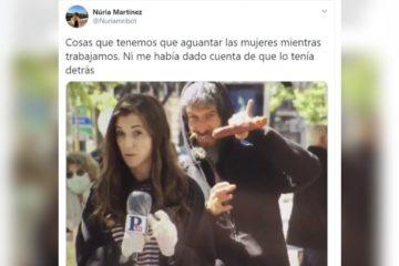La periodista de Público Núria Martínez estava presentant un reportatge al carrer quan un home se li ha posat al darrere i ha començat a fer gestos masclistes amb una llonganissa sense que ella en fos conscient. Foto: Núria Martínez (Público)