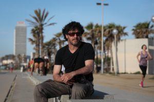 El fotoperiodista Emilio Morenatti a la platja del Bogatell de Barcelona. Foto: Jordi Borràs