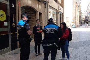 La Guàrdia Urbana de Lleida demana la identificació a dues periodistes que cobrien una roda de premsa de Fruita amb Justícia Social. Foto: Plataforma Fruita amb Justícia Social