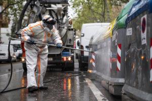 Un operari desintectant els contenidors de brossa. Foto: Ajuntament de Barcelona