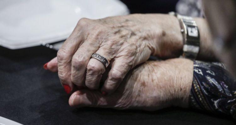 Dues dones s'agafen de les mans. Foto: Laura Guerrero / Ajuntament de Barcelona