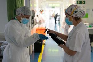 Metges de l'Hospital Clínic treballen durant la pandèmia de la Covid-19. Foto: Francisco Ávila / ACN