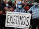Una manifestant sosté una pancarta que diu 'Existimos' en la concentració contra el racisme a la plaça Sant Jaume de Barcelona. Foto: Mar Vila / ACN