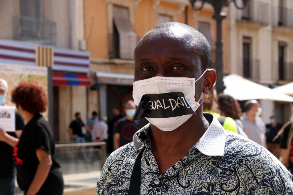 Un home amb mascareta en la concentració a la plaça de la Font de Tarragona per denunciar el racisme arran de la mort de Geroge Floyd als Estats Units. Foto: Mar Rovira / ACN