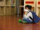 Un alumne d'infantil de l'Institut Escola Costa i Llobera, assegut amb mascareta, esperant per entrar a l'aula. Foto: Blanca Blay / ACN