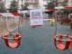 Un cartell anuncia el tancament d'un parc infantil, a la plaça Verdaguer de Tarragona. Foto: Eloi Tost / ACN