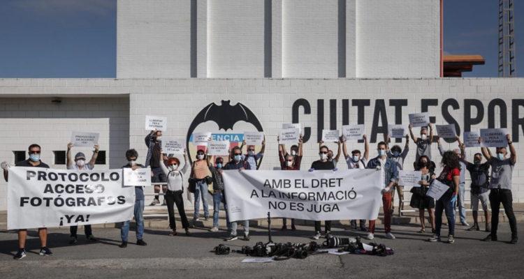 Concentració de periodistes i fotoperiodistes amb el lema 'Amb la informació no es juga'. Foto: Unió de Periodistes Valencians