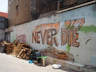 Una pintada a l'interior de la nau incendiada al carrer Guifré de Badalona, aquest juliol. Foto: Anna Rocasalva (cedida).