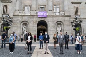 Polítics de la Generalitat de Catalunya i l'Ajuntament de Barcelona fan un minut de silenci per una víctima de la violència masclista, a la plaça Sant Jaume, al juliol. Foto: Ajuntament de Barcelona.