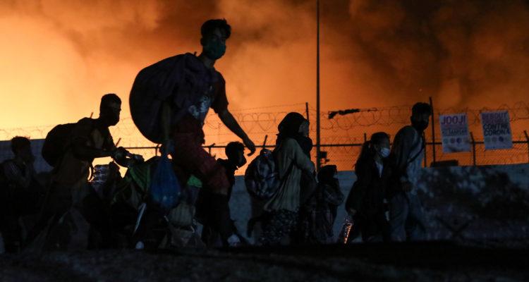Foc al camp de refugiats de Moria, a l'illa grega de Lesbos, el 9 de setembre del 2020. Foto: Reuters.