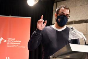 Damià Badia, responsable de comunicació del Baxi Manresa, recull el premi 'Plàtan' en el lliurament dels Premis Periodistes de la Catalunya Central. Foto: S. Redó / Col·legi de Periodistes de Catalunya.