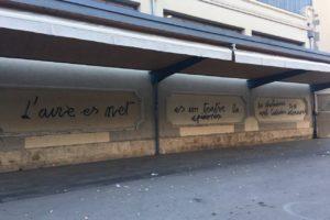 Pintades negacionistes a la façana del Mercat Central de Sabadell, a l'octubre. La Policia Municipal va denunciar al novembre un home de 64 anys com a presumpte autor d'aquestes i altres pintades en equipaments de la ciutat. Foto: Elisenda Rovira.