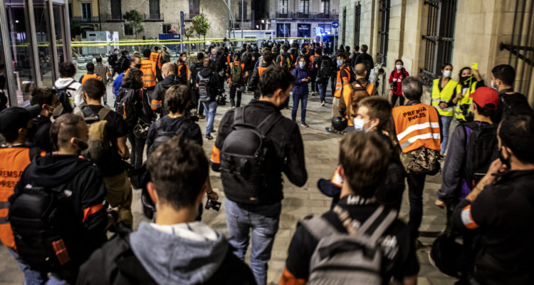 Desenes de fotoperiodistes cobreixen la manifestació contra els desnonaments, en suport de la Buenos Aires i per un canvi en la gestió de la pandèmia a Barcelona, l'octubre passat. Foto: Victor Serri (cedida).