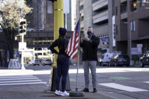 Una parella es fa una foto a l'exterior d'un centre de votació a Minneapolis, Minnesota, als Estats Units, el dia de les darreres eleccions. Foto: Lorie Shaull.
