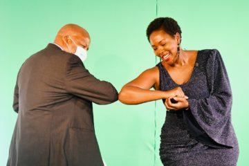 El ministre de la Presidència sud-africà Jackson Mthembu –a la foto, el novembre passat quan respectant les mesures de seguretat recollia un premi per la gestió de la pandèmia feta pel seu govern– va morir al gener a causa de la covid-19. Foto: govern de Sud-Àfrica.