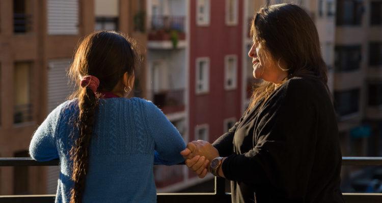 La Carola, que viu sola a València amb la seva filla de 9 anys, ha perdut la feina a conseqüència de la pandèmia. Foto: Save the Children.