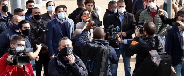 La presidenta de Vox a Madrid, Rocío Monasterio, encarant-se a manifestats antifeixistes a Ripoll. Foto: Laura Cortés / ACN.